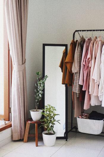 Un dressing minimaliste avec un miroir